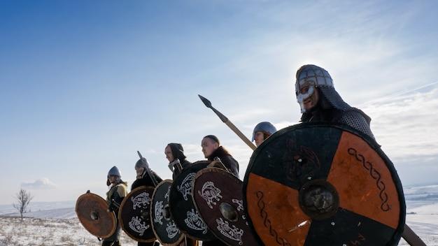 Os vikings vão para a ofensiva. reconstituição medieval.