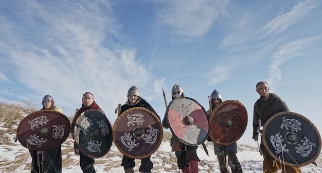Os vikings vão para a ofensiva. reconstituição medieval. Foto Premium