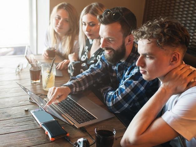 Osmotr de resultados de pesquisa de trabalho em equipe na internet