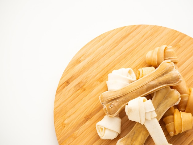 Osso de comida de cachorro em cortar madeira em branco