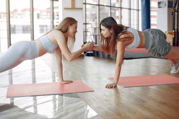 Ostenta meninas treinando em uma academia de manhã