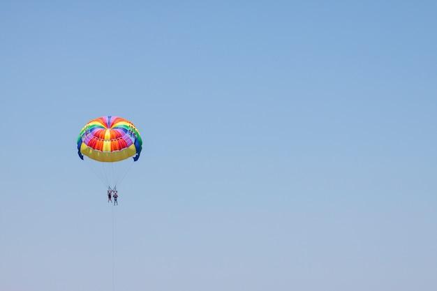 Ostenta o céu azul atividade de verão parasailing