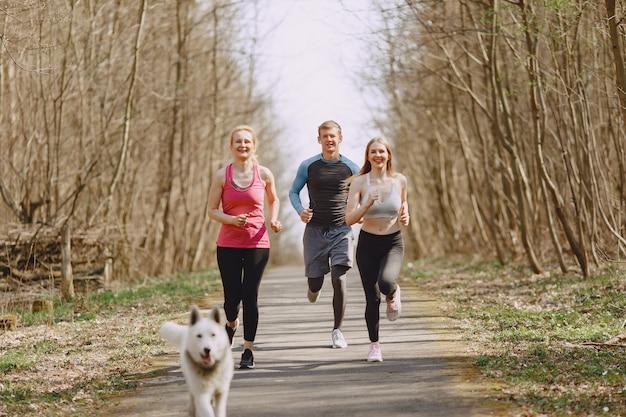 Ostenta o treinamento da família em uma floresta de verão