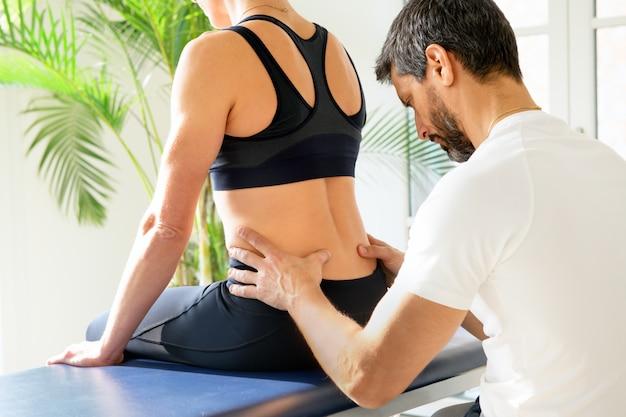Osteopata fazendo uma avaliação lombossacra