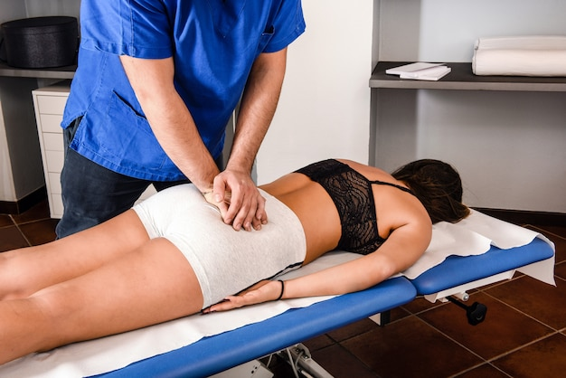 Osteopata trabalhando nas costas de uma menina