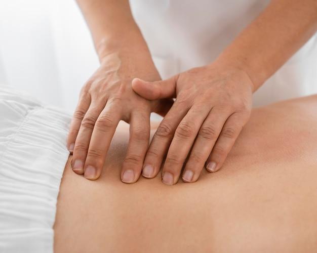 Osteopata tratando uma jovem com massagens