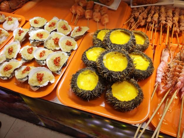 Ostras de comida de mar nacional de cultura asiática e ouriços do mar lula na ilha de hainan china na cidade de sanya