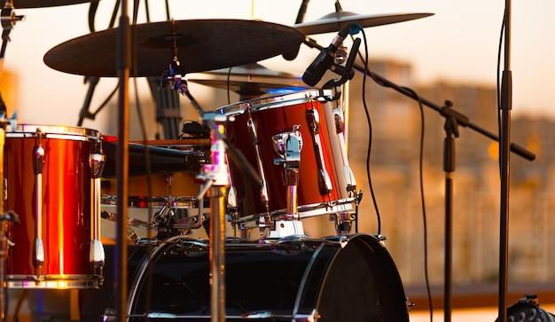 Ótima foto de perto de uma bateria no palco
