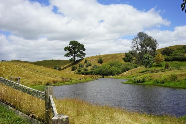 Ótima foto do filme hobbiton ambientado em matamata, nova zelândia