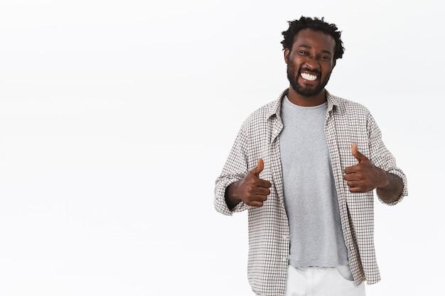Otimista e alegre, jovem afro-americano bonito aprovar sua escolha incrível