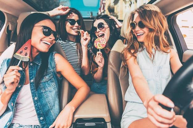 Ótimo início de jornada. quatro lindas mulheres jovens e alegres olhando uma para a outra com um sorriso