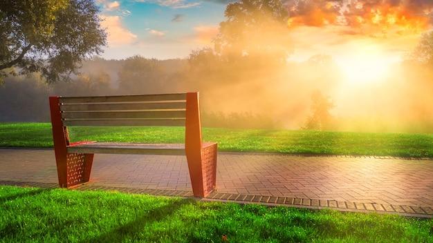 Ótimo lugar para relaxar, banco no parque ao pôr do sol.