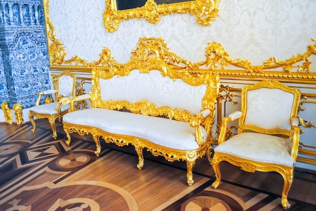 Otomano e cadeiras antigos para celebrações imponentes.