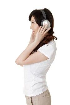 Ouça música com fone de ouvido, retrato de mulher asiática na parede branca.