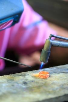 Ourives fazendo anel
