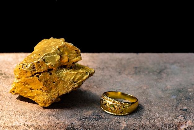 Ouro puro colocado perto do anel de ouro