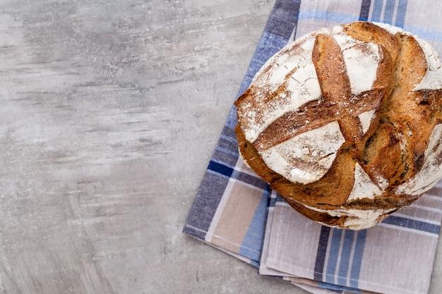 Ouro rústicos pães com crosta de pão e pãezinhos em fundo de madeira. natureza morta capturada da vista de cima, plana.