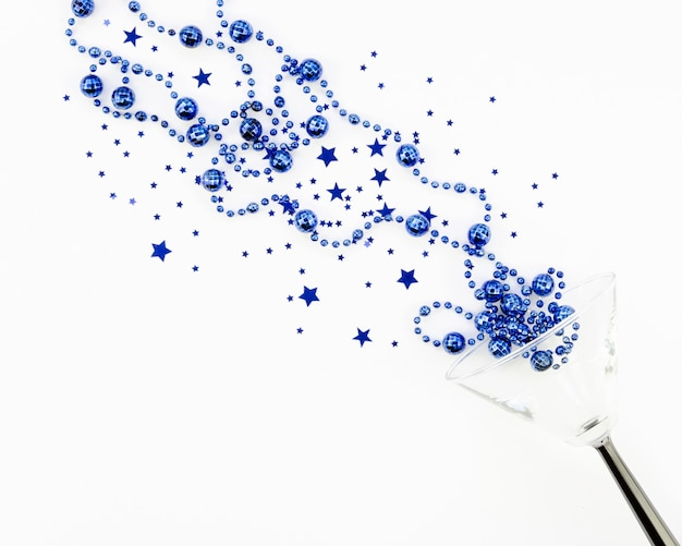 Ouropel bonito em tons de azuis com globos e estrelas em um copo