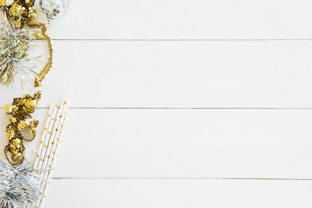 Ouropel com pequena bugiganga na mesa de madeira