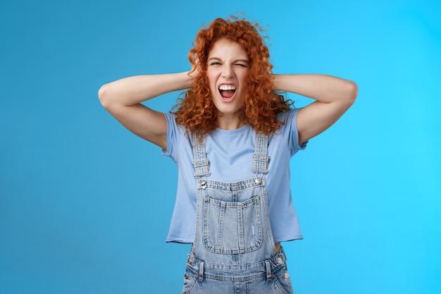 Ousadia selvagem rebelde legal elegante ruiva encaracolada menina se divertindo lúdico emocionante humor toque de cabelo gritando cantando ao longo de música de concerto incrível desfrutar de vibrações positivas de verão usar macacão.