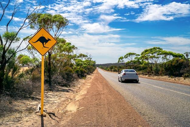 Outback do país com sinal de estrada amarelo canguru