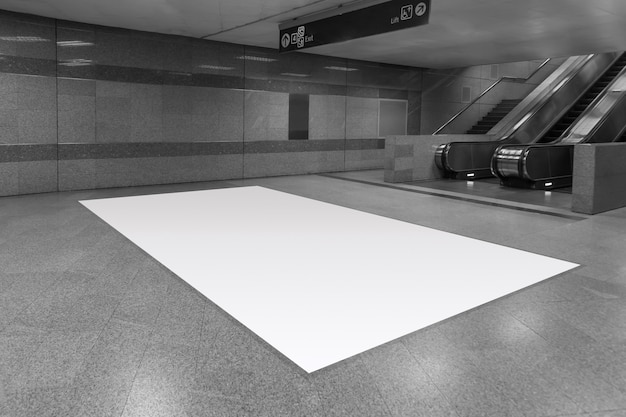 Outdoor de publicidade em branco completo no chão no subsolo