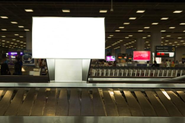 Outdoor de publicidade em branco na área de bagagens no aeroporto