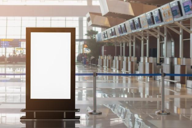 Outdoor de publicidade em branco no aeroporto fundo grande anúncio lcd