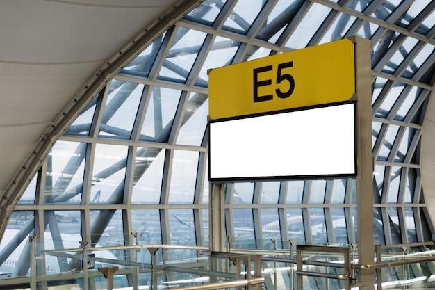 Outdoor de publicidade em branco no aeroporto.