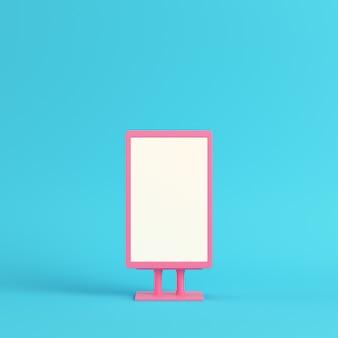 Outdoor de publicidade em branco rosa sobre fundo azul brilhante