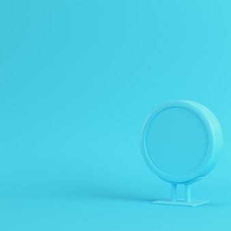 Outdoor de publicidade em branco sobre fundo azul brilhante