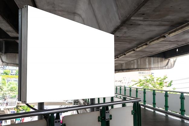 Outdoor de publicidade em branco tela branca. cartaz ao ar livre na passarela pública