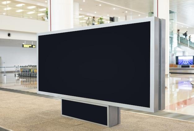Outdoor digital em branco com espaço de cópia para publicidade, informações públicas no saguão do aeroporto