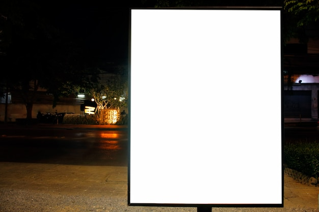 Outdoor em branco para cartaz de publicidade ao ar livre na cidade
