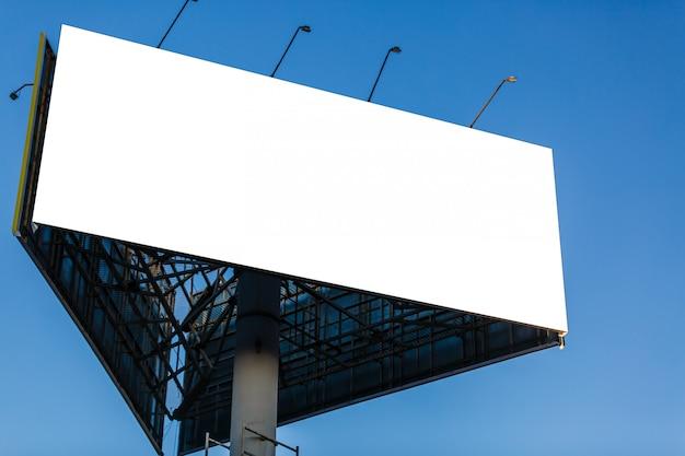 Outdoor em branco para cartaz de publicidade ao ar livre ou outdoor em branco durante a noite para propaganda.