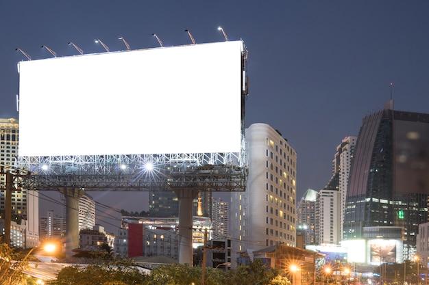 Outdoor em branco para cartaz de publicidade ao ar livre ou outdoor em branco durante a noite