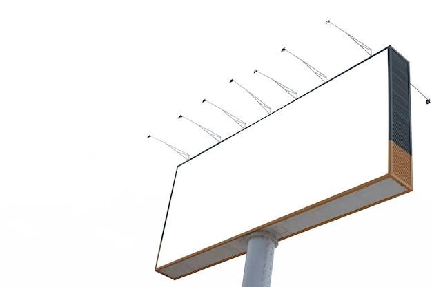 Outdoor em branco para modelo de publicidade isolado no fundo branco com traçado de recorte