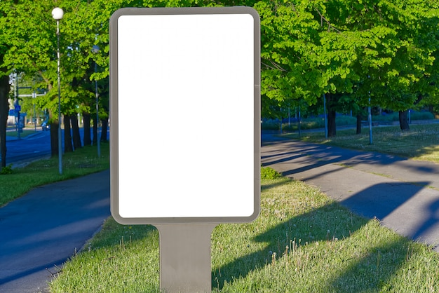 Outdoor em branco para publicidade ao ar livre em um fundo de natureza verde