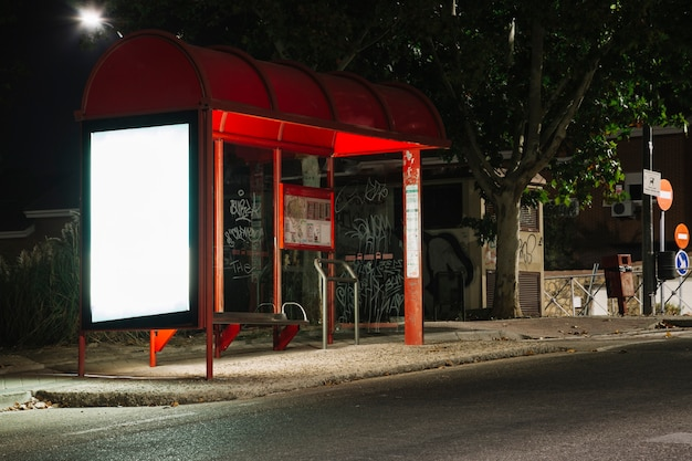 Outdoor iluminado vazio na estação de ônibus