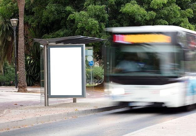 Outdoor no centro da cidade com ônibus em movimento