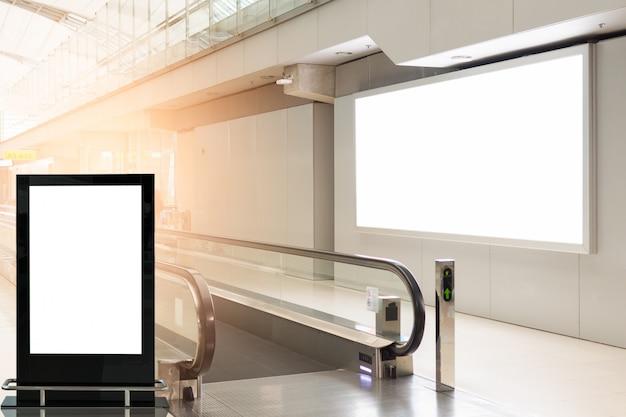 Outdoors de publicidade em branco no aeroporto