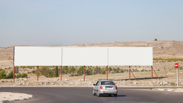 Outdoors de publicidade em branco perto da rodovia
