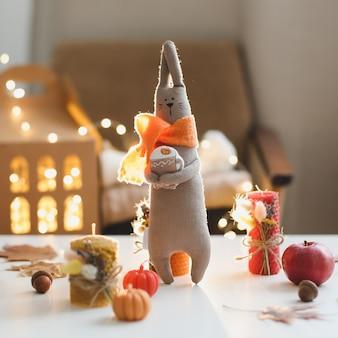 Outono aconchegante natureza morta e decoração da casa com brinquedos, velas e folhas