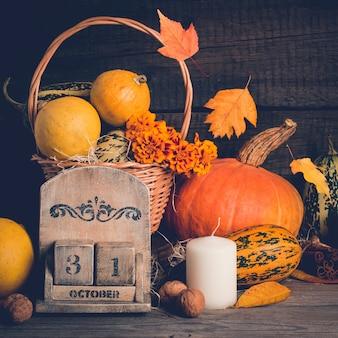 Outono ainda vida com abóboras e folhas caindo