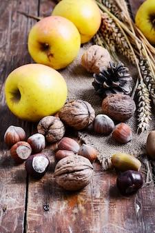 Outono ainda vida com maçãs e nozes