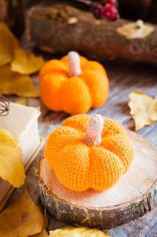 Outono ainda vida com uma abóbora e folhas caídas