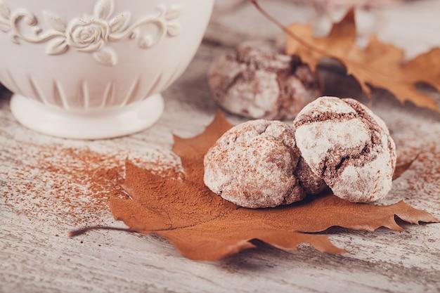 Outono ainda vida com xícara de biscoitos de cacau e chocolate