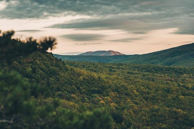 Outono amanhecer frio nas montanhas acima do vale flutuante nuvens