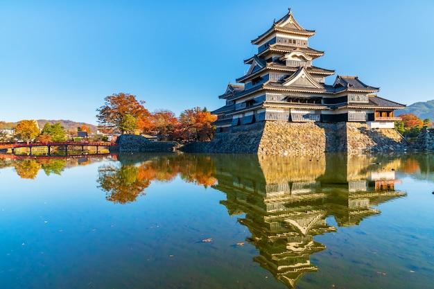 Outono bonito do castelo de matsumo, nagano, japão
