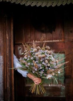Outono buquê de flores silvestres nas mãos